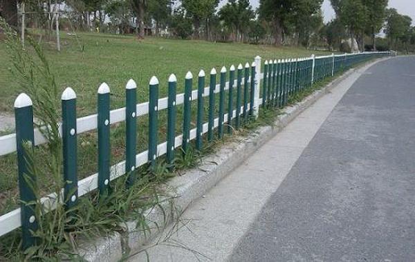 草坪护栏安装时怎么固定?