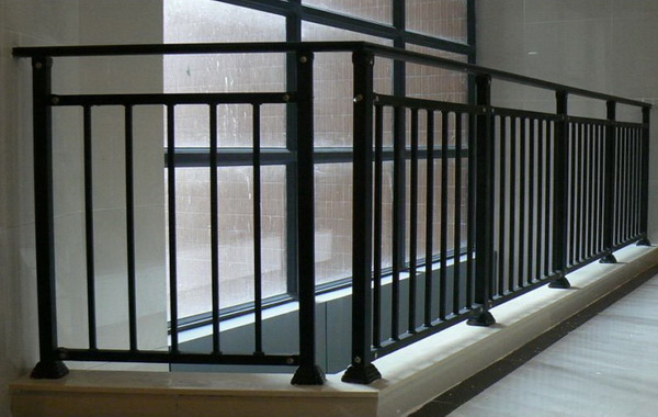 阳台锌钢护栏退色掉漆如何处理