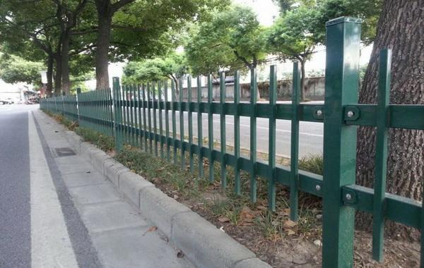 三种样式锌钢草坪护栏介绍