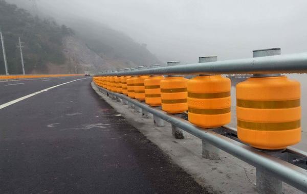 旋转式防撞护栏安装规格价格介绍